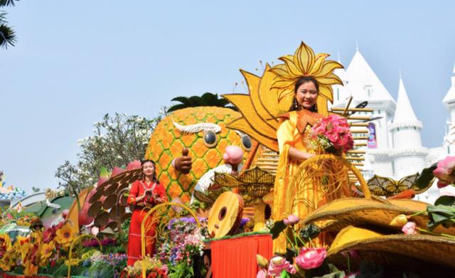 """Show diễu hành """"Việt Nam Gấm Hoa"""""""