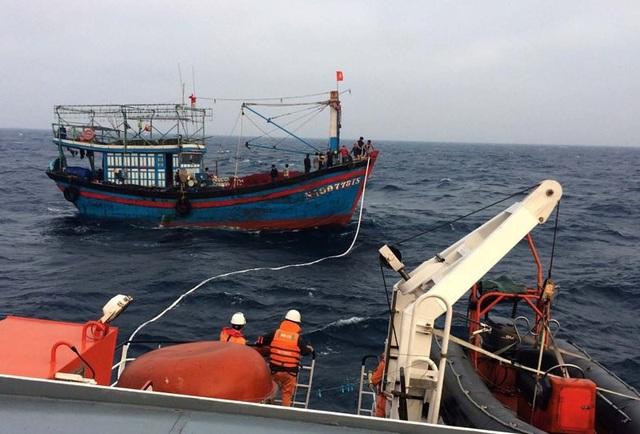 Tàu cá mang số hiệu NA-90773-TS cùng 13 ngư dân gặp nạn trên biển