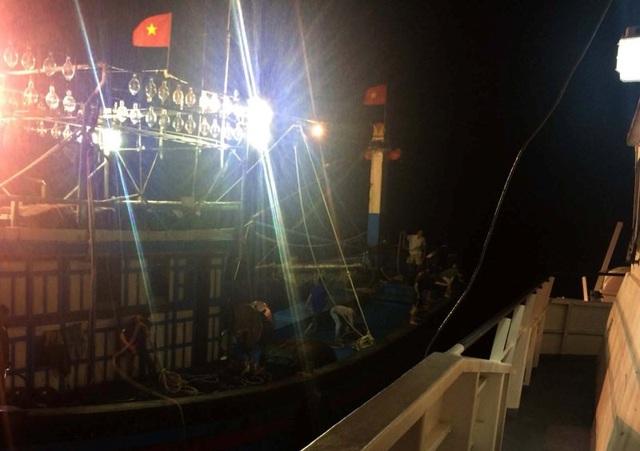 Tàu cứu hộ tiếp cận, đưa các thuyền viên lên bờ