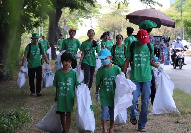 Hàng ngàn tình nguyện viên thuộc Việt Nam Sạch & Xanh xuống đường làm vệ sinh hưởng ứng Ngày Trái đất 2018