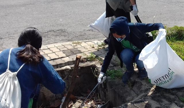 TPHCM: Bạn trẻ không ngại móc ống cống, nhặt rác làm sạch đường phố - 3