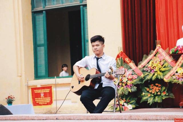 Ở trường, Nhân lấy âm nhạc để kết nối bạn bè gần nhau hơn.