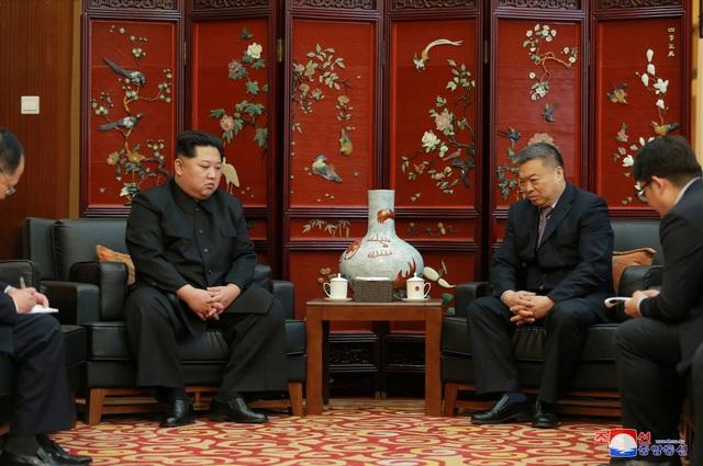 Trong cuộc gặp với Đại sứ Trung Quốc tại Triều Tiên Li Jinjun tại Đại sứ quán Trung Quốc ở Bình Nhưỡng hôm 23/4, ông Kim Jong-un đã gửi lời chia buồn sâu sắc tới gia đình 32 nạn nhân thiệt mạng trong vụ tai nạn xe ô tô hôm 22/4 ở tỉnh Bắc Hwanghae, phía tây nam Triều Tiên. Ông Kim Jong-un cũng nhờ Đại sứ Li gửi lời chia buồn tới Chủ tịch Trung Quốc Tập Cận Bình, đồng thời khẳng định sẽ hợp tác với phía Trung Quốc để giải quyết vụ việc này. (Ảnh: Reuters)