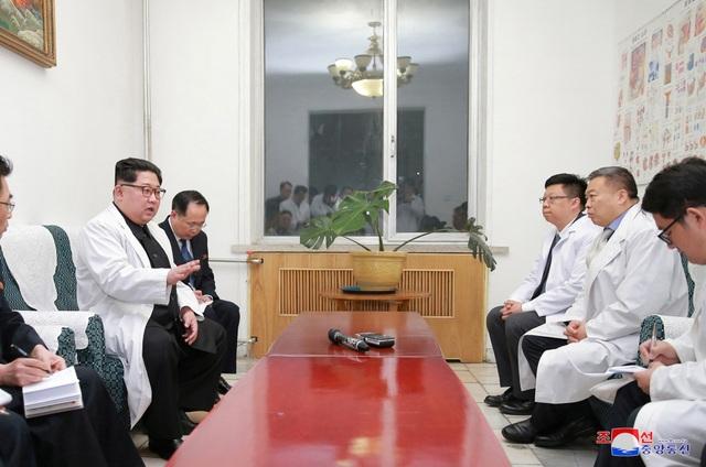 Nhà lãnh đạo Kim Jong-un cũng tới thăm bệnh viện - nơi các nạn nhân trong vụ tai nạn đang được điều trị và làm việc với các lãnh đạo, y bác sĩ của bệnh viện. Ngoài 32 người Trung Quốc thiệt mạng và 2 người bị thương nặng, 4 người Triều Tiên cũng được xác nhận đã tử vong trong vụ tai nạn này. (Ảnh: Reuters)
