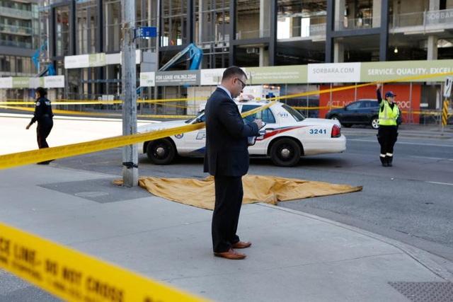 Thi thể nạn nhân la liệt ở hiện trường. (Ảnh: Reuters)