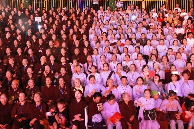 Hàng nghìn tăng ni, Phật tử cũng đến tham dự buổi lễ kỷ niệm và đón xem chương trình nghệ thuật hoành tráng nhất từ trước đến nay diễn ra tại cố đô Hoa Lư.