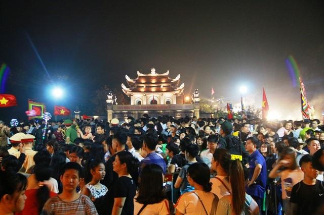Trước khi lễ kỷ niệm 1.050 năm nhà nước Đại Cồ Việt và chương trình nghệ thuật diễn ra, hàng vạn người dân và du khách bốn phương đã đổ về cố đô Hoa Lư tham dự. Mọi ngả đường đổ về sân khấu chính đông kín người.