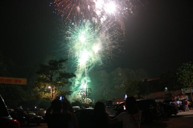 Kết thúc chương trình nghệ thuật là màn bắn pháo hoa. Người dân cùng du khách vô cùng thích thú trước cảnh pháo hoa rực sáng trên bầu trời cố đô đúng dịp 1.050 năm Đinh Bộ Lĩnh lên ngôi hoàng đế để tri ân bậc tiền nhân.