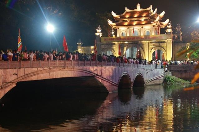 """Chương trình nghệ thuật """"Rực sáng thiên anh hùng ca Đại Cồ Việt"""" nằm trong đại lễ kỷ niệm 1.050 năm nhà nước Đại Cồ Việt (968 – 2018) diễn ra tại cố đô Hoa Lư (Ninh Bình)."""