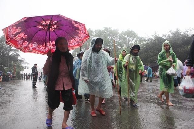 Thời tiết sáng sớm nay tại Đền Hùng xuất hiện mưa lớn, tuy nhiên, hàng vạn người vẫn đội mưa đổ về đây để dâng hương tưởng nhớ tới các Vua Hùng.