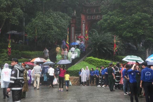 Khoảng 7h30 sáng cùng ngày, sau khi Thủ tướng và các lãnh đạo Đảng, Nhà nước thực hiện xong Nghi lễ Dâng hương, Ban Tổ chức đã mở dần từng lớp hàng rào để người dân di chuyển lên các Đền để dâng hương tưởng nhớ tới các Vua Hùng.