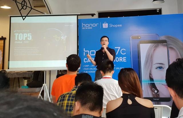 Đại diện Honor Việt Nam giới thiệu mẫu 7C