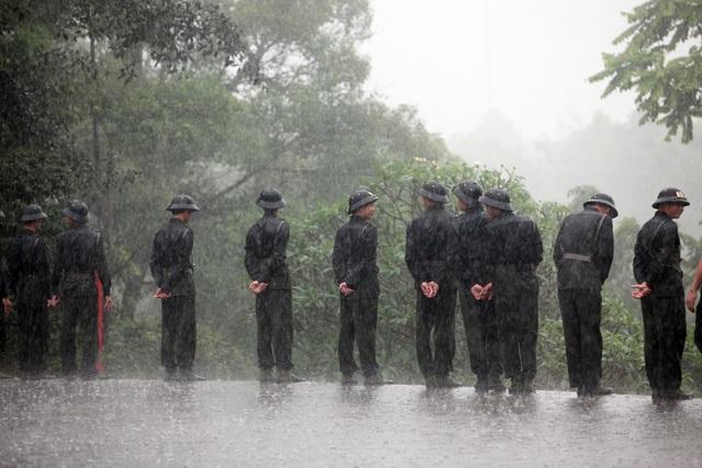 Lực lượng an ninh đội mưa làm nhiệm vụ tại Khu di tích lịch sử Đền Hùng vào sáng nay (25/4).