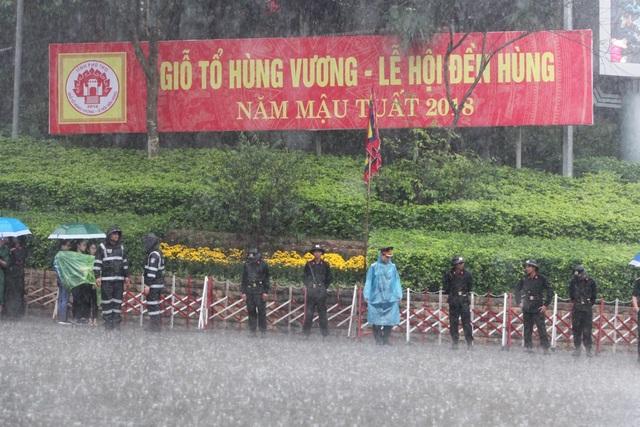 Hàng vạn người đội mưa về Đền Hùng dự quốc giỗ - 2