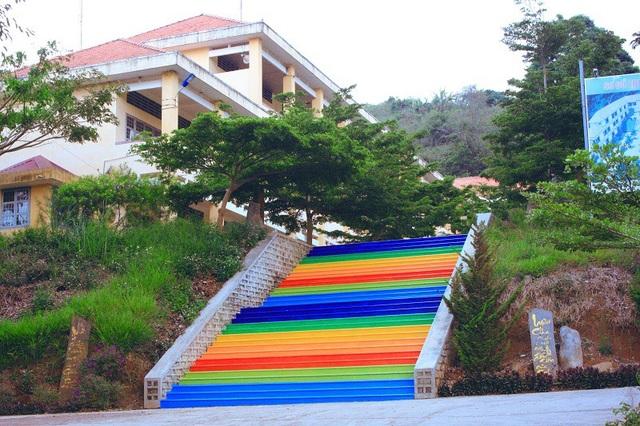 Học trò chuộc lỗi vi phạm nội quy bằng cách sơn cầu thang thật đẹp cho trường - 5