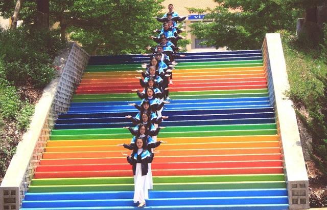 Học trò chuộc lỗi vi phạm nội quy bằng cách sơn cầu thang thật đẹp cho trường - 4