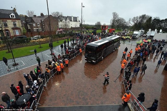 CĐV Liverpool nhảy lên xe cảnh sát, làm loạn trước trận gặp AS Roma - 11
