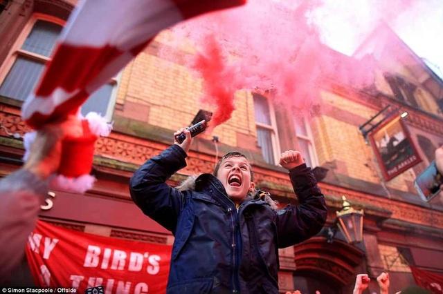 CĐV Liverpool nhảy lên xe cảnh sát, làm loạn trước trận gặp AS Roma - 5