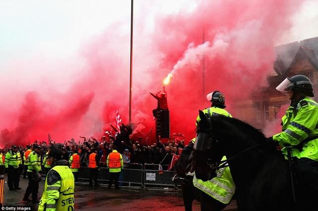 CĐV Liverpool nhảy lên xe cảnh sát, làm loạn trước trận gặp AS Roma - 6