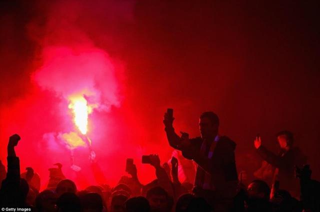 CĐV Liverpool nhảy lên xe cảnh sát, làm loạn trước trận gặp AS Roma - 7