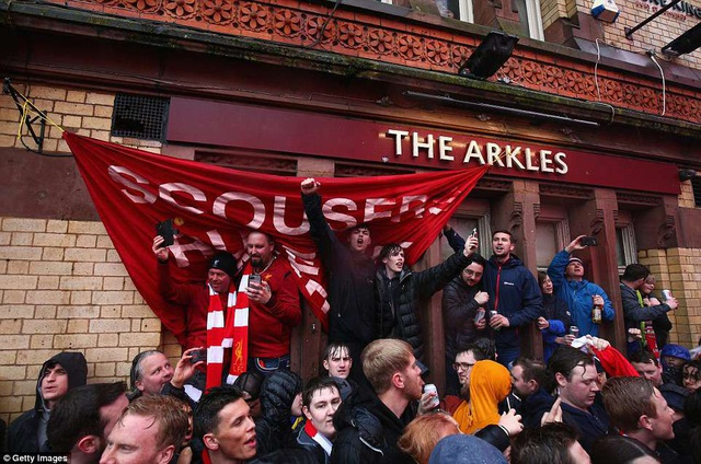 CĐV Liverpool nhảy lên xe cảnh sát, làm loạn trước trận gặp AS Roma - 8