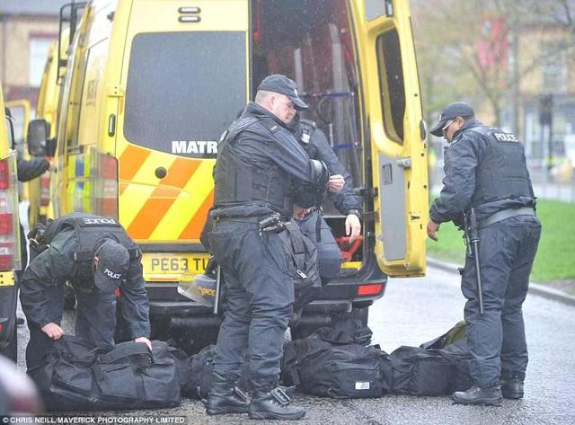 CĐV Liverpool nhảy lên xe cảnh sát, làm loạn trước trận gặp AS Roma - 9