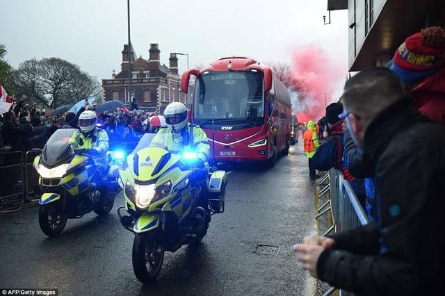 CĐV Liverpool nhảy lên xe cảnh sát, làm loạn trước trận gặp AS Roma - 10