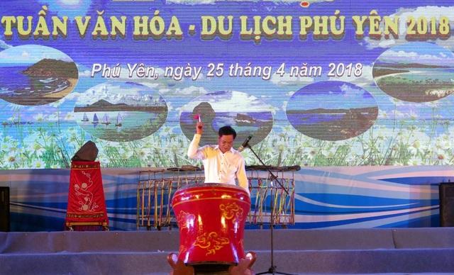 Ông Huỳnh Tấn Việt - Bí thư tỉnh Phú Yên đánh trống khai mạc tuần Văn hóa - Du lịch 2018