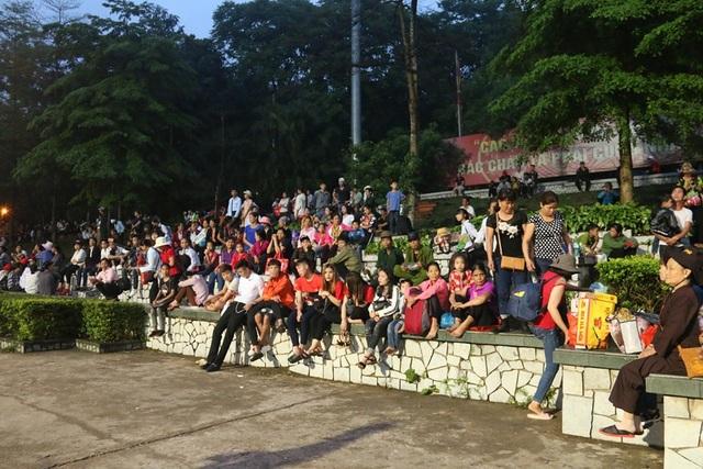 Ngay từ sáng sớm đã rất đông người tập trung về Sân Trung tâm của Khu Di tích lịch sử Đền Hùng để chứng kiến lễ dâng hương.