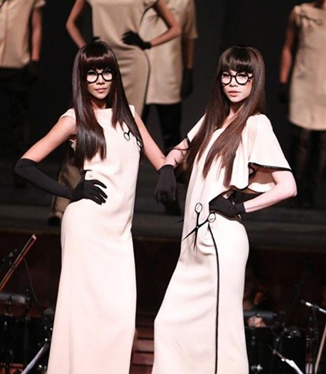 Thỉnh thoảng cùng nhau lên sân khấu biểu diễn trong trang phục 2 chị em sinh đôi