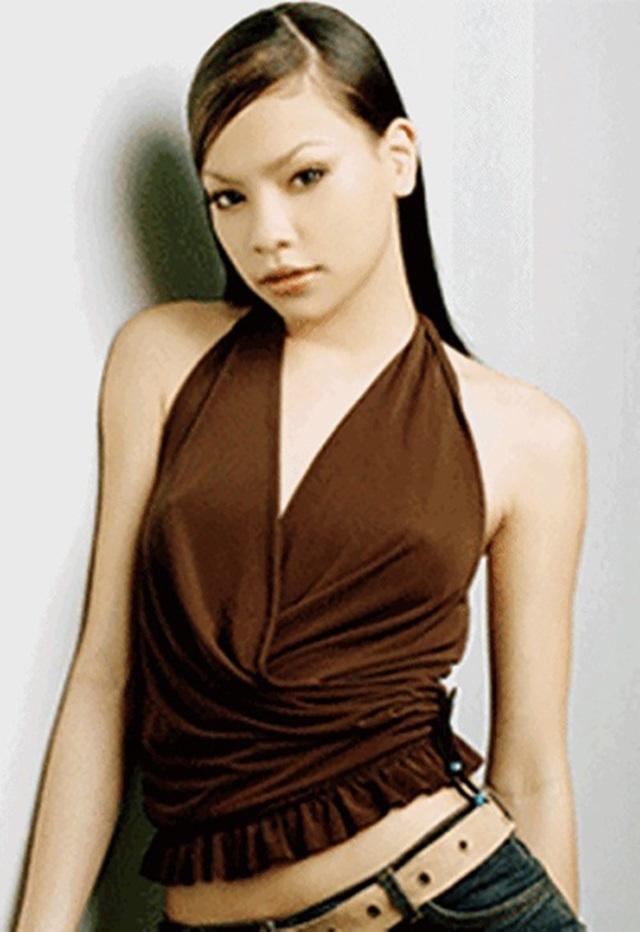 Hồ Ngọc Hà sinh năm 1984, cô bước chân lên sàn diễn từ năm 15 tuổi.