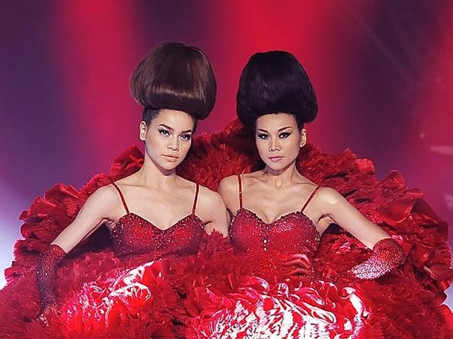 Hà Hồ cùng Thanh Hằng gây những bất ngờ thú vị cho khán giả của mình bằng những hoạt động thời trang vô cùng ấn tượng như thế này.