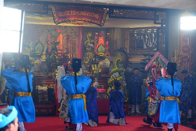 Các bậc chức sắc trong trang phục truyền thống, làm lễ bên trong điện thờ.