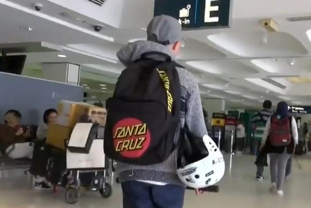 Bé trai 12 tuổi trộm thẻ tín dụng của bố mẹ, tự ý mua vé máy bay du lịch nước ngoài, thu hút sự chú ý của dư luận Australia