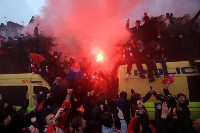 Trước khi trận đấu bán kết lượt đi Champions Leauge bắt đầu, cổ động viên Liverpool đã quậy. Khá nhiều người đã trèo lên nóc xe cảnh sát để hò hét