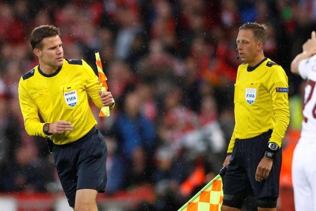 Các trợ lý đã phải sớm thay cờ do có sự cố về dụng cụ hỗ trợ điều khiển trận đấu giữa Liverpool và AS Rona
