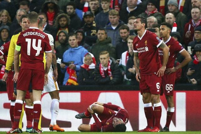 Oxlade-Chamberlain nằm sân đầy đau đớn sau pha vào bóng quyết liệt của đối thủ.