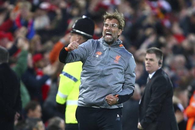 Klopp thì khác, chiến lược gia người Đức đầy hưng phấn khi chứng kiến bàn thắng của Salah