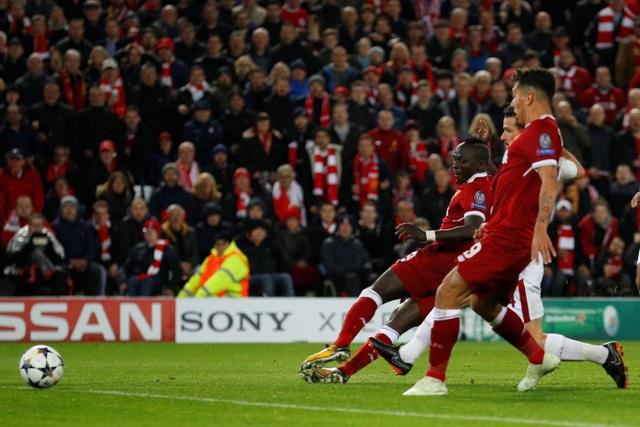 Phút 56, Mane đệm bóng cận thành sau đường chuyền dọn cỗ của Salah. Tiền đạo người Senegal cuối cùng cũng đã ghi bàn