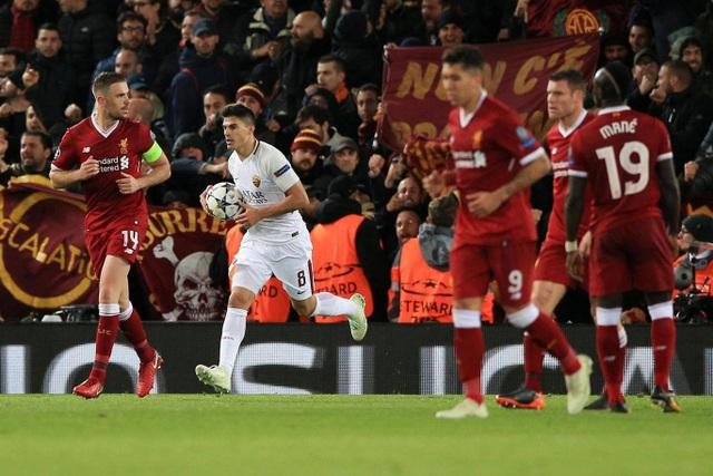 Roma (áo trắng) chưa từ bỏ khát vọng vào chung kết Champions League