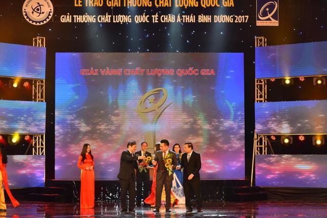 Bộ Trưởng Bộ Khoa học và Công nghệ trao Giải thưởng Chất lượng Vàng Quốc gia cho Tân Á Đại Thành.