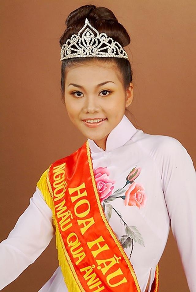 Thanh Hằng vào nghề muộn hơn Hồ Ngọc Hà, cô được biết đến khi đăng quang Hoa hậu báo Phụ nữ Việt Nam qua ảnh năm 2005.
