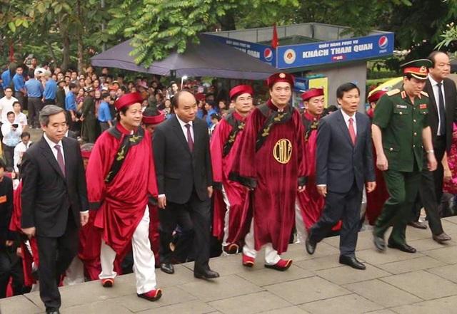 Lãnh đạo Đảng, Nhà nước di chuyển lên Đền Thượng để thực hiện nghi lễ dâng hương.