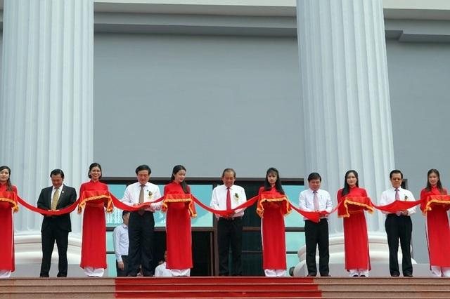 Phó thủ tướng Trương Hoà Bình, Chánh án TAND tối cao Nguyễn Hoà Bình cùng các lãnh đạo cắt băng khánh thành trụ sở