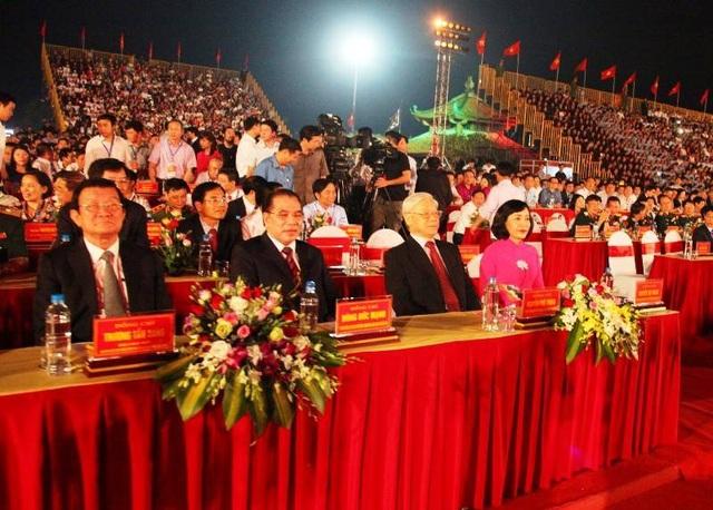 Tổng Bí thư Nguyễn Phú Trọng dự lễ kỷ niệm 1.050 năm Nhà nước Đại Cồ Việt tại cố đô Hoa Lư (Ninh Bình) tối 24/4.