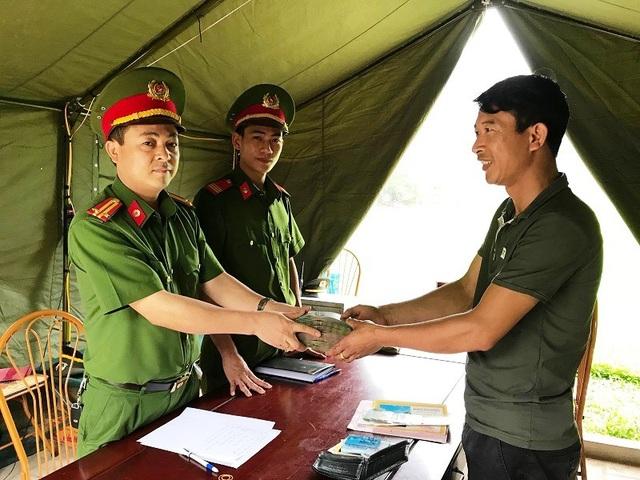 Công an huyện Hoa Lư trả lại tài sản giá trị cho anh Dương Văn Trường.