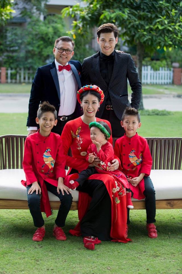 Vợ chồng Hà Kiều Anh cùng 3 con chung và con riêng của chồng.
