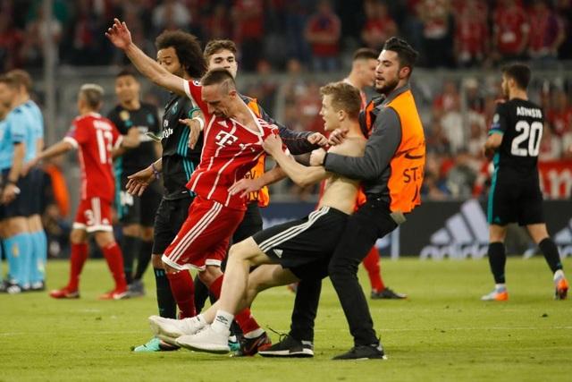 CĐV quá khích vào sân giằng áo Ribery, ôm hôn C.Ronaldo - 1