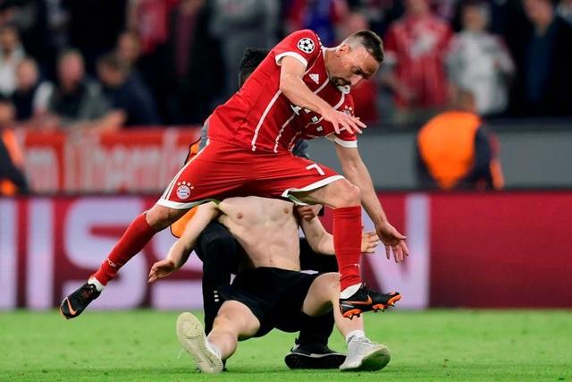 CĐV quá khích vào sân giằng áo Ribery, ôm hôn C.Ronaldo - 2