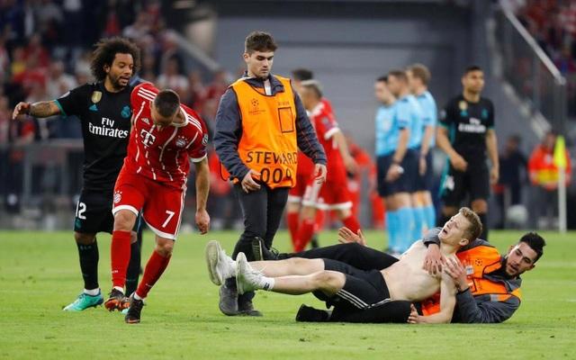 CĐV quá khích vào sân giằng áo Ribery, ôm hôn C.Ronaldo - 3